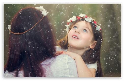 Download Snowflakes Falling UltraHD Wallpaper